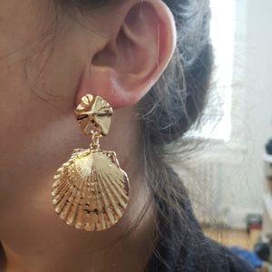 Jewelry - Gold seashell earrings NWT